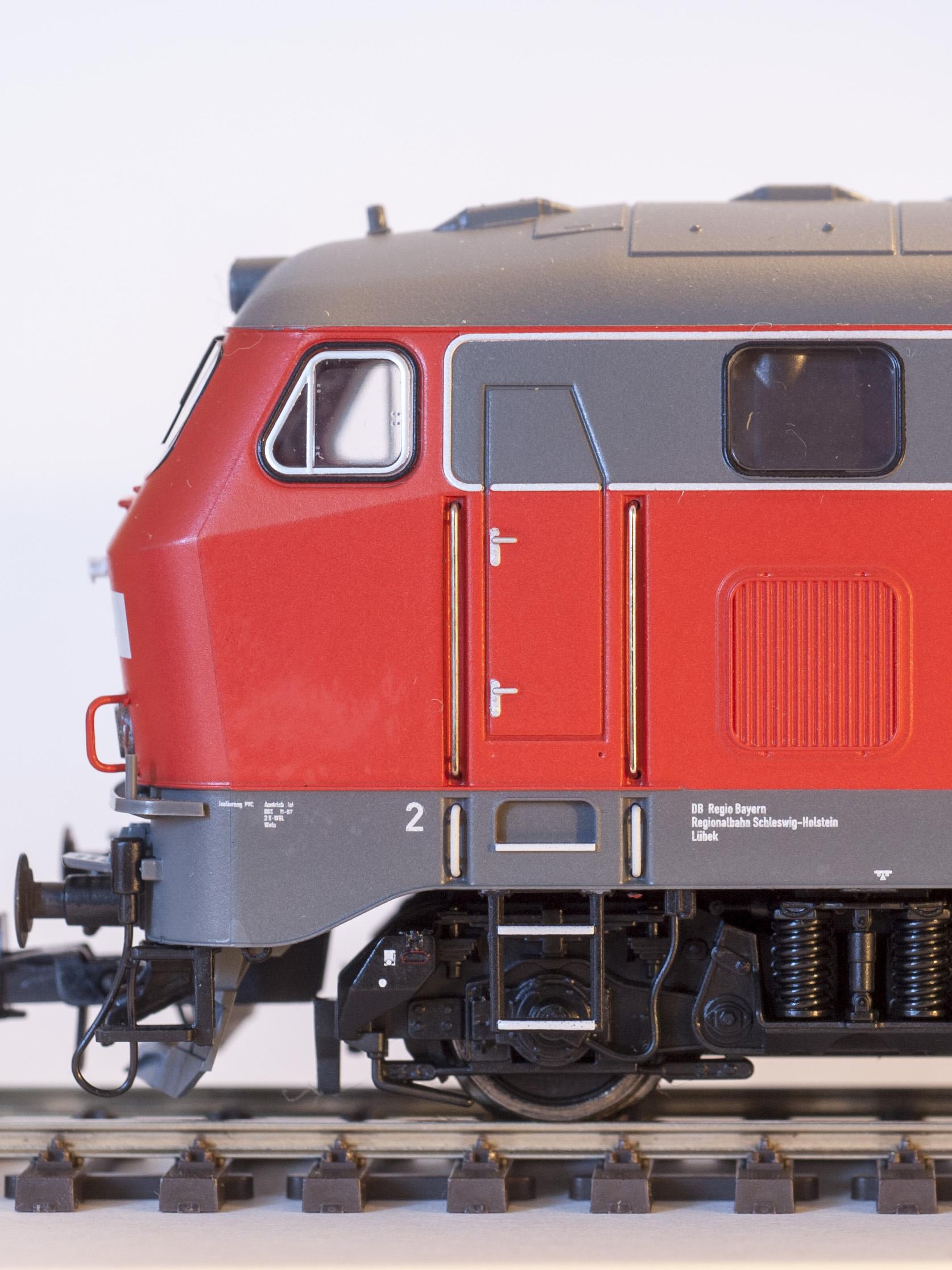 Modell der 212 252-5 in Verkehrsrot von Roco (Artikelnummer 72751) Regionalbahn Schleswig-Holstein REV HB X 25.11.97
